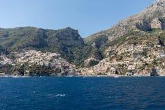 Positano som ses från havet på den Amalfi kusten i regioncampaniaen, Royaltyfri Bild
