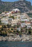 Positano som ses från havet på den Amalfi kusten i regioncampaniaen, Royaltyfri Fotografi