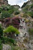 Positano stenhus med bougainvillean fotografering för bildbyråer