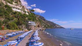 Positano, Włochy - Wyrzucać na brzeg z parasolami, Amalfi wybrzeże, urlopowa pojęcie antena zdjęcie wideo