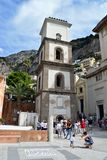 Positanotoeristen dichtbij kerk royalty-vrije stock afbeelding