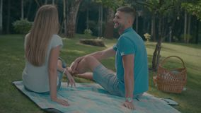 Positief babbelend paar in liefde die in park rusten stock video