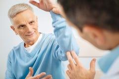 Positief bejaarde die aan zijn arts glimlachen stock foto's