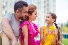 Positief blij meisje die haar ouders bekijken stock foto's