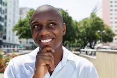 Positief die de Afrikaanse Amerikaanse mens in wit overhemd denken openlucht Royalty-vrije Stock Fotografie