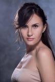 Positief emotioneel portret van jong en mooi meisje Royalty-vrije Stock Afbeeldingen