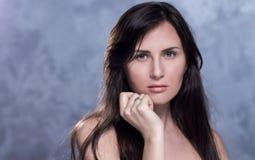 Positief emotioneel portret van jong en mooi meisje stock foto's