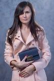 Positief emotioneel portret van jong en mooi meisje met zak Stock Foto's