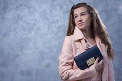 Positief emotioneel portret van jong en mooi meisje met zak Royalty-vrije Stock Afbeelding