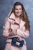 Positief emotioneel portret van jong en mooi meisje met zak Stock Fotografie