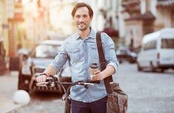 Positief gebaard personenvervoer een fiets stock fotografie