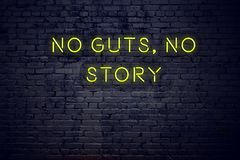 Positief inspirerend citaat op neonteken tegen bakstenen muur geen ingewanden geen verhaal stock illustratie