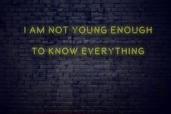 Positief inspirerend citaat op neonteken tegen bakstenen muur ik niet jong genoeg ben om alles te kennen vector illustratie