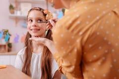 Positief opgetogen longhaired meisje die haar mamma bekijken stock fotografie