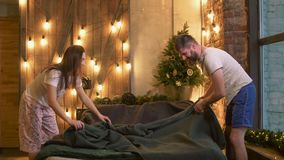 Positief paar die in pyjama's bed samen maken stock footage