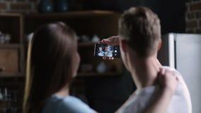 Positief paar die selfie samen thuis nemen stock footage