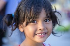 Positief portret van een Thais jong meisje op de straten van Bangkok, Thailand royalty-vrije stock fotografie