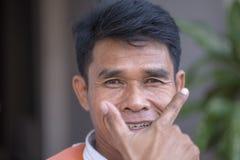Positief portret van een Thaise mens die als bestuurder van de motortaxi aan de straten van Bangkok, Thailand werkt stock afbeelding