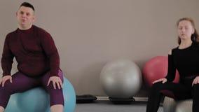 Positief vet paar die met geschiktheidsballen uitoefenen stock videobeelden