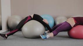Positief vet paar die met geschiktheidsballen uitoefenen stock video