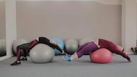 Positief vet paar die met geschiktheidsballen uitoefenen stock footage
