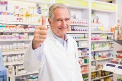 Positieve apotheker met omhoog duim Stock Foto's