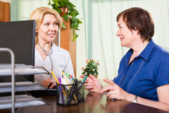 Positieve arts die met zijn patiënt spreken Royalty-vrije Stock Foto's