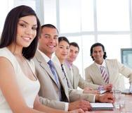 Positieve bedrijfsmensen die een vergadering hebben