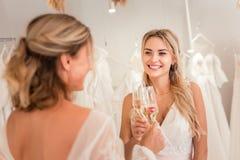 Positieve blije gelukkige vrouwen die een viering hebben stock foto