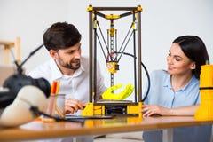 Positieve collega's die 3d printer met behulp van Stock Fotografie