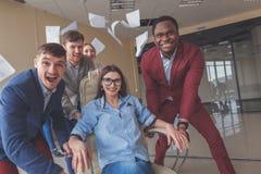 Positieve collega's die pret met bureaustoelen hebben Royalty-vrije Stock Fotografie