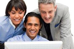 Positieve commerciële groep die bij een computer werkt Royalty-vrije Stock Afbeelding