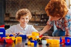Positieve gelete op broers die met lego samen spelen royalty-vrije stock foto