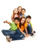 Groep die gelukkige diversiteit jonge geitjes kijken Stock Foto