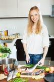Positieve huisvrouw het koken zeevissen Stock Afbeelding