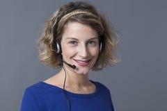 Positieve jonge blonde call centrearbeider Stock Afbeeldingen