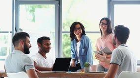 Positieve jonge collega's die aan het project samenwerken stock videobeelden