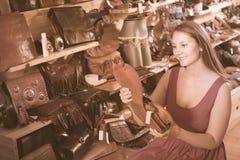 Positieve jonge vrouw die zak zoeken royalty-vrije stock fotografie