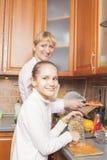 Positieve Kaukasische Familie die Voedsel voorbereiden samen en Goo hebben stock foto