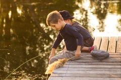 Positieve kinderen die met stokken in handen zitten Stock Foto's