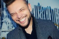 Positieve lachende mens met een witte tandglimlach op de achtergrond royalty-vrije stock fotografie