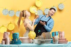 Positieve man en vrouw die huishoudenkarweien doen Weekendactiviteit stock afbeelding