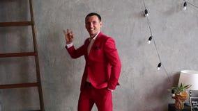 Positieve mens in een rood kostuum met vingers die een aftelprocedure tonen stock videobeelden