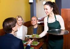 Positieve middenstandmensen die van voedsel genieten Royalty-vrije Stock Afbeeldingen