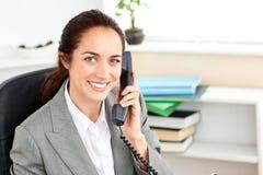 Positieve onderneemster die op de telefoon spreekt Stock Afbeeldingen