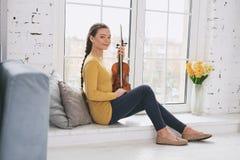 Positieve opgetogen violist die pauze hebben stock fotografie