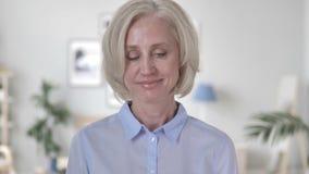 Positieve Oude Vrouw die Aanbieding goedkeuren stock footage