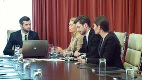 Positieve raad van beheer die op conferentieruimte samenkomen stock footage