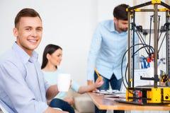Positieve studenten die 3d printer met behulp van Royalty-vrije Stock Fotografie