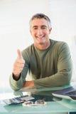 Positieve toevallige mens met zijn omhoog duim Royalty-vrije Stock Afbeeldingen